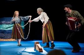 """Danseforestillingen """"Merenneidon helmet - Havfruas perler"""" under åpningsdagen av Kvenfestivalen 5.juni 2019. Astrid Serine Hoel, Trygve Bettari og Ann-Margaret Nilsen."""